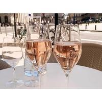 Tchin ! 🍷 Trinquons partout à nos retrouvailles ! #aries #ariesvins #copainsdegrandscrus #vinsdebordeaux #grandscrus #wine #vin #bonsvins #adeguster #degustation #entreamis #degusteraveclescopains #unbonvinentrecopains #culturevin#tchin #retrouvailles #rose #soireedete #tables #ete